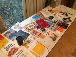 Bücher- und Medientisch